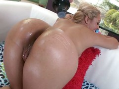 her oil booty needs a fuck