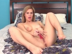 Temptress Tara Lynn Foxx masturbates solo