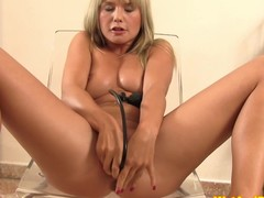 Urine loving eurobabe playing anent pee and drinking it